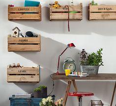Parafusados na parede, os caixotes, R$ 5 cada um na Ceagesp, organizam os itens da casa por categoria