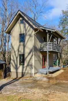 Tiny Two-Story Cottage in Asheville This is a 600 Sq. Fulton model, an accessory dwelling unit (ADU) built by Wishbone Tiny Homes in Asheville, North Carolina. The home has a tiny footprint and tall stature! It's two storie… Tyni House, Tiny House Cabin, Tiny House Living, Tiny House Design, Small House Plans, House Floor, Tower House, Tiny House Movement, Farmhouse Remodel