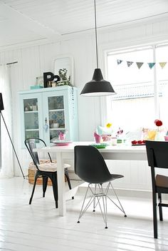 wish we could have white floors.  i love the black and white with little bits of color