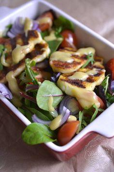Sałatka z serem halloumi - przepis na lekką sałatkę Halloumi, Sprouts, Potato Salad, Potatoes, Meat, Chicken, Vegetables, Ethnic Recipes, Food