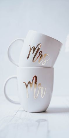 DIY Wedding Gift Idea: Chrome Adhesive Vinyl Mugs These DIY Mr. mugs customized with chrome vinyl make a perfect wedding gift! Wedding Mugs, Diy Wedding Gifts, Diy Mugs, Personalized Coffee Mugs, Sharpie Mugs, Diy Becher, Cadeau Couple, Couple Mugs, Cricut Wedding