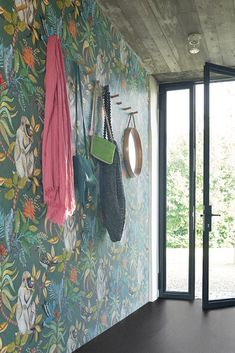 An exotic jungle wallpaper from the entrance - For an entrance that reflects . - Healty fitness home cleaning Green Wallpaper, Living A Healthy Life, Motif Floral, Decoration, Clean House, Most Beautiful Pictures, Entrance, Reflection, Exotic