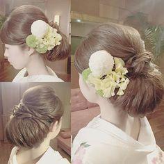 今やブライダルシーンの定番となった 「洋髪スタイル」 にも、そのシーズンごとにトレンドがあるのです!今回は、インスタグラムの先輩花嫁さんから、旬な 「洋髪」 のヘアアレンジを学んじゃいましょう♪ 結婚式・披露宴や前撮りで、〈白無垢〉や〈色打掛け〉などの和装を着る予定のプレ花嫁さんは、要チェックです♡ | ページ2 Wedding Kimono, Hair Arrange, Traditional Wedding Dresses, Wedding Preparation, Yukata, Kimono Fashion, Bride Hairstyles, Japanese Style, Wedding Styles