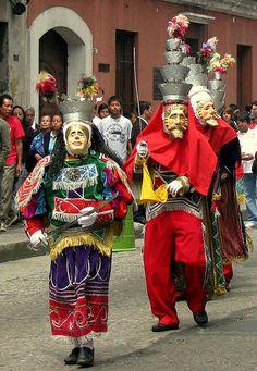 Moros y cristianos en el cortejo procesional del peregrinaje de la Santísima Virgen de Morenos de la Villa de Mixco a la Basílica de Nuestra Señora del Rosario, templo de Santo Domingo, Ciudad de Guatemala.
