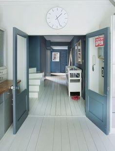 Un couloir avec un parquet peint