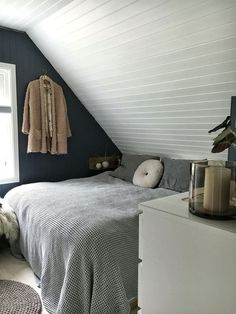 Sunday Sanctuary: Baby it's cold outside - Oracle Fox : Small can be beautiful in this cosy bedroom space. Cosy Bedroom, Master Bedroom, Bedroom Decor, Gravity Home, Attic Bedrooms, Dorm Room Organization, Minimalist Bedroom, New Room, Decoration
