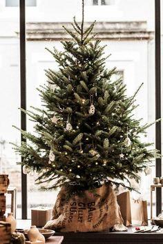 Mini Tree Ideas, Natural Christmas Decorating, Farmhouse Christmas, Rustic Christmas Style, Burlap