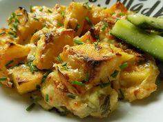 Všechny sýry nastrouháme na hrubo. Brambory oloupeme a nakrájíme na větší kostky, cibuli na měsíčky. Smícháme jogurt se smetanou, 3/4 sýru a… Potato Salad, Potatoes, Chicken, Meat, Ethnic Recipes, Potato, Cubs