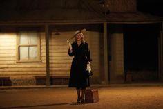 """Kate Winslet en """"La modista"""". Muy graciosa; un humor negro de los que sí me gustan. Kate Winslet muestra sus armas de mujer y declara la guerra a unos rurales pueblerinos tan sólo con su máquina de coser. Ella es misteriosa y cautivadora. Ella es La modista."""