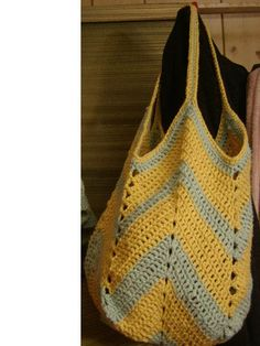 Crochet Beach Bag: pattern from Bobwilson123 PDF http://www.bobwilson123.org/uploads/1/6/3/0/16302954/solid_granny_square_bag_bobwilson123.pdf