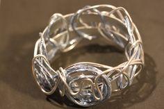 Bracelet large, fil d'aluminium, bleu et argent : Bracelet par mado-lyne-s