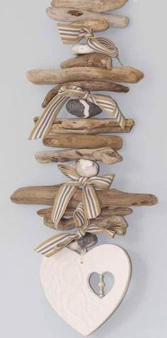 Basteln Dekoration ✄ Treibholz Love this cute little driftwood hanger with heart-cutout-in-heart dangle ~ adorable! Beach Crafts, Diy And Crafts, Arts And Crafts, Recycled Crafts, Driftwood Projects, Driftwood Art, Driftwood Mobile, Driftwood Ideas, Nature Crafts