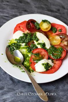 Chilli, czosnek i oliwa - blog o kuchni śródziemnomorskiej: Sałatka z pomidorów i mozzarelli w letnim sosie ziołowym