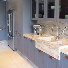 Cozinha linda e elegante! Este cinza azulado está super em alta e, aliado ao…