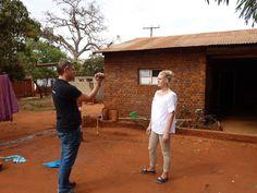 Project Malawi Reisverslag deel 2 | Eric meet alle ramen op voor de toekomstige horrenplaatsing en we besluiten de situatie te filmen, zodat we ons verhaal bij terugkomst nog beter kunnen vertellen.
