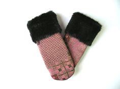 Matériaux recyclés, mitaine noire, poignet de fourrure noire, écoresponsable, laine bouillie, mitaine chic, fait au Québec, mitaines roses de la boutique CroqueMitaines sur Etsy Gloves, Crafting, Diy Crafts, Couture, Boutique, Wool, Etsy, Fingerless Gloves, Embroidery