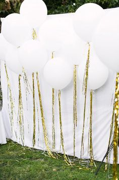 Balloons are blowing up the wedding world and we can definitely see why! Some of you may be thinking that balloons aren't for sophisticated weddings – they're for children's birthday parties. Well, we're looking forward to changing your perspective on this floating new trend! There are so many diffe