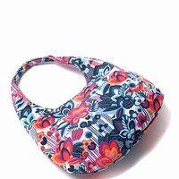 Tasche - Roxy - Blumenprints: Flower Power für die Sommermode - Die hippe Handtasche von Roxy fällt Trendsettern durch ihren fröhlichen Blumenprint in Retro-Optik sofort auf! Praktisch: Das Modell lässt sich perfekt zum legeren Strand-Outfit im Urlaub kombinieren...