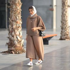 Image may contain: 1 person Tesettür Mont Modelleri 2020 Modest Fashion Hijab, Modern Hijab Fashion, Street Hijab Fashion, Casual Hijab Outfit, Hijab Fashion Inspiration, Abaya Fashion, Muslim Fashion, Casual Outfits, Fashion Outfits