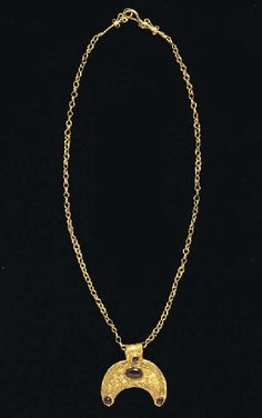 A Greek gold necklace with a gold and garnet lunate pendant, Hellenistic Period, circa century B. Roman Jewelry, Greek Jewelry, Jewelry Art, Gold Jewelry, Jewelery, Gold Necklace, Renaissance Jewelry, Medieval Jewelry, Ancient Jewelry