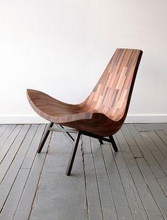 L'atelier de menuiserie BELLBOY, basé à Brooklyn, a créé cette chaise longue uniquement à partir de bois de séquoia récupéré sur les anciennes water towers qui fleurissent les toits des immeubles de New York. Près du sol, très englobante, elle semble parfaite pour se reposer un moment.