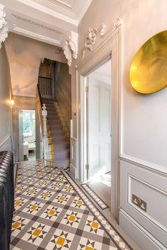 hallway flooring Ornate Edwardian or Victorian hallway with tiled floor Edwardian Haus, Edwardian Hallway, Victorian Stairs, Hall Tiles, Tiled Hallway, Modern Hallway, Bright Hallway, Yellow Hallway, Contemporary Hallway