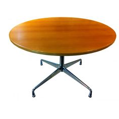 Round beechwood table by Charles EAMES. Design 1950, this model was made by Vitra in 2001.