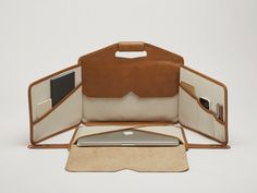 Honey Leather Laptop bag and workstation. Would love it in pleather Handmade Leather Wallet, Leather Gifts, Leather Craft, Leather Laptop Bag, Leather Bag, Leather Accessories, Handbag Accessories, Handmade Handbags, Leather Projects