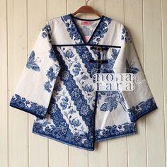 Batik Kebaya, Batik Dress, Batik Fashion, Fashion Sewing, Blouse Styles, Blouse Designs, Blouse Batik Modern, Batik Blazer, Mode Batik