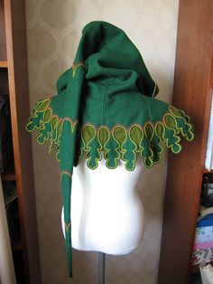 One of the most beautiful accessories to your 14th century outfit in my opinion, is a proper hood! It's a very easy pattern to make witch let you have some more time for decoration! My noble husban...