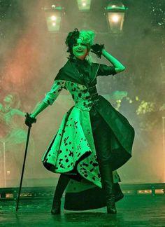 Emma Stone, Movie Costumes, Cosplay Costumes, Halloween Costumes, Disney Villains, Disney Movies, Live Action, Cruella Costume, Cruella Deville