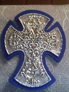 Cruz elaborada en aluminio repujado, sobre base de madera tratada y pintada..!