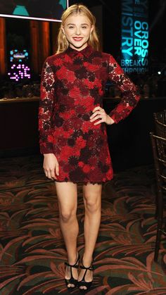 chloe grace moretz in a valentino red lace dress at the young hollywood awards Chloë Grace Moretz, Star Fashion, Fashion Photo, Fashion Outfits, Diva Fashion, Red Valentino Dress, Vogue, Hollywood, Julia Roberts