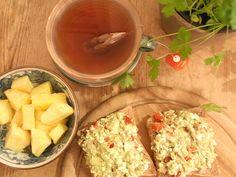 Zum Abendbrot gibt es frische Ananasstücke, Vollkorntoast mit Guacamole und Früchtetee. #omnomnom #nomnom