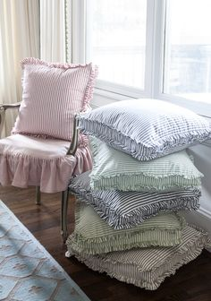 Tips on Decorating and Finding the BEST Pillows - Cedar Hill Farmhouse Cedar Hill Farmhouse, Country Farmhouse Decor, French Country Decorating, Primitive Country, Farmhouse Furniture, Furniture Redo, Modern Farmhouse, Decorating Tips, Decorating Your Home