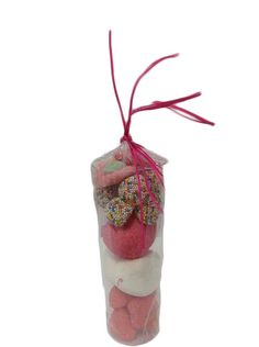 Detalles para comuniones – tubo rosa  Compuesto por chucherias y nubes de fresa y frambuesa Medidas 17cm de alto x 19 cm de contorno Peso aproximado 190 grs Precio: 2.50 https://elmundodelaschuches.com/tienda/detalles-para-bautizos-bodas-y-comuniones/detalles-para-comuniones-tubo-rosa/