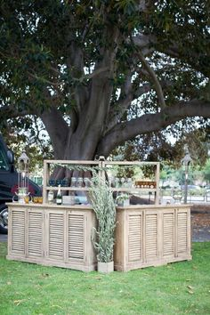 Outdoor wedding decoration inspo! Create your own rustic bar for a chic wedding. Add your favourite flowers to make it your own.