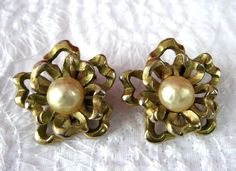 Capri Earrings 1950s Champagne Faux Pearl Textured Gold Ribbons Clips Baroque Pearls Textured Ribbon by JewelryDiscoveries on Etsy #GotVintage