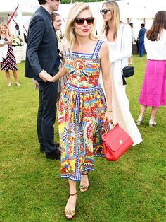 From street style to red carpet looks, check out our favorite Sienna Miller style moments, right this way. Celebrity Dresses, Celebrity Style, Sienna Miller Style, Red Carpet Looks, Manchester United, Capsule Wardrobe, Travel Wardrobe, Nice Dresses, Sun Dresses