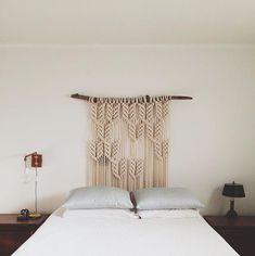 + 60 fotos e ideas para hacer un cabecero de cama original Macrame Hanging Chair, Boho Wall Hanging, Bedroom Wall Colors, Accent Wall Bedroom, Diy Headboards, Headboard Ideas, Boho Decor, The Help, Bedroom Simple