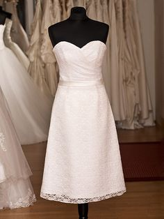 Wunderschönes kurzes Standesamkleid Modell Gerlinda in Elfenbein. Aus feinstem Satin mit einem schönen Spitzenbesatz.