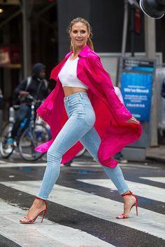 Heidi Klum mit weißem Bauchfrei-Top und pinkem Mantel in New York