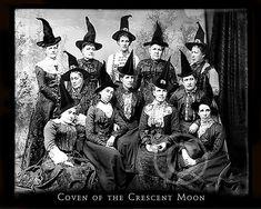 Retro Halloween, Halloween Trees, Holidays Halloween, Halloween Decorations, Halloween Witches, Halloween Costumes, Witch Pictures, Halloween Pictures, Witch Pics