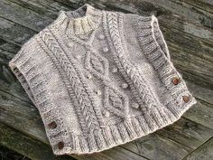 Poncho a punto de aguja - I think I could figure out how to make something like this. Would be good for a little girl for fall. Crochet Poncho Patterns, Knit Or Crochet, Knitting Patterns, Knitting For Kids, Knitting Projects, Baby Knitting, Baby Sweaters, Knitting Stitches, Knitting Machine