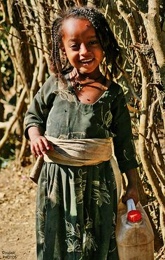 Adorable Ethiopia child, working the fields, wearing green dress. Precious Children, Beautiful Children, Beautiful People, Kids Around The World, People Around The World, Just Smile, Smile Face, All About Africa, Portraits