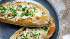 Niezwykłe zapiekanki z pieczarkami i serem. Zapiekanki z pieczarkami, twarogiem, cheddarem i mozzrarellą. Lekkie zapiekanki z pieczarkami. Salmon Burgers, Bagel, Cheddar, Baked Potato, Tacos, Food And Drink, Baking, Dinner, Ethnic Recipes