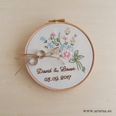 Bastidor para llevar las alianzas boda bordado a mano Cushion Embroidery, Hand Embroidery Patterns Flowers, Hand Embroidery Designs, Ribbon Embroidery, Embroidery Art, Flower Patterns, Embroidery Stitches, Ring Pillow Wedding, Needlework