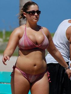 A deliciously chubby girl strolls along the beach with great confidence in her sexy little bikini! Sexy Bikini, Pink Bikini, Bikini Girls, Chubby Girl, Chubby Ladies, Mädchen In Bikinis, String Bikinis, Average Girl, Curvy Swimwear