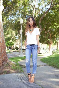 jeans dobrado + camiseta gola V