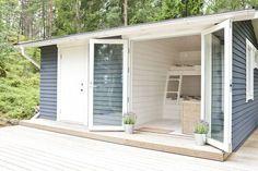 Mökin pihapiirissä oleva vanha varasto purettiin ja tilalle pystytettiin uusi rakennus, jossa on ulkovarasto ja vierasmaja. Tyylillisesti vierasmökin sisustus noudattaa samaa linjaa kuin päärakennuksenkin: seinäpinnat ovat valkoiseksi maalattua vaakalautaa. Kuumana päivänä lasiset pariovet voi avata kokonaan. Red Cottage, Lake Cottage, Cottage Living, Cottage Homes, Cottage Style, Off Grid Tiny House, Scandinavian Cottage, Summer Cabins, Tiny Cabins